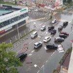Летающие крыши и вырванные с корнем деревья: Южно-Сахалинск переживает мощный циклон