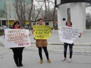 Во время протестной акции в сквере Пограничников Южно-Сахалинска 7 мая. Алина Лаптева - в центре.