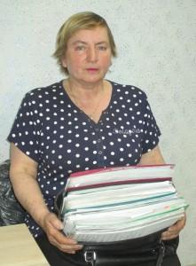 Надежда Стельмах с неподъемной сумкой документов по тяжбе с мэрией Южно-Сахалинска.