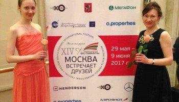 В Бетховенском зале Большого театра после вручения награды Полина Однодворцева и педагог Елена Вербицкая.