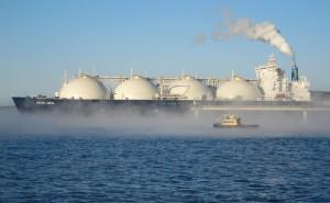 Танкер-газовоз у причала отгрузки завода по производству сжиженного природного газа, входящего в проект «Сахалин-2» (Фото: Александр Семенов / ТАСС)