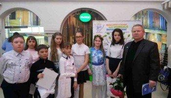 Анатолий Орлов с юными читателями.