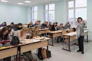 Доцент Л. Горенова на занятиях с сахалинскими студентами.
