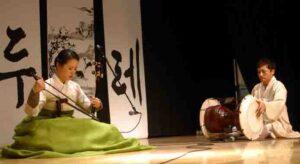 В гармонии с музыкой.  Соло на хегыме исполняет Ю Хе Ден, на барабане дянгу - Мун Ген Док.