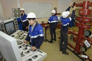 Программа СТЕМ в действии: студенты Технического нефтегазового института СахГУ на практических занятиях в учебном корпусе.