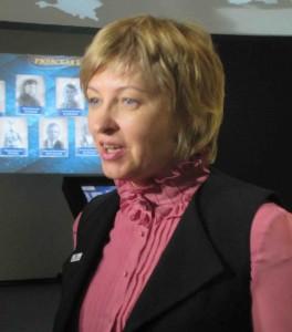Елена Цунаева проводит первую экскурсию по мультимедийной  выставке.