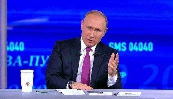 """В. Путин на  """"прямой линии"""" в 2017 году."""