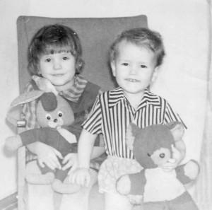 Федор со старшей сестрой в детстве...